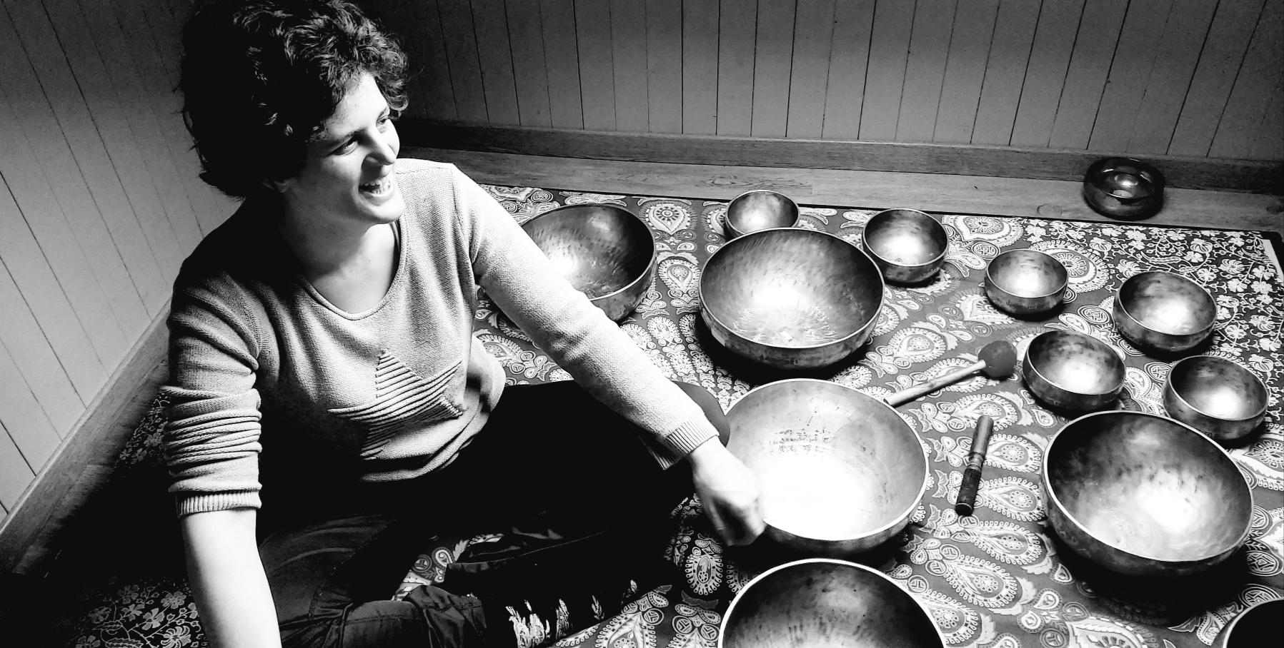 Fabienne Duffour entourée de ses 15 bols Full Moon